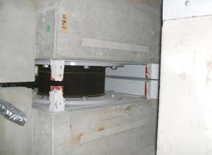 地下には最新の免震システム
